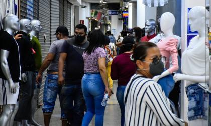 Un grupo de personas camina por un centro comercial en la localidad Norte-Centro Histórico de B/quilla.
