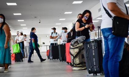 Un grupo de pasajeros en la zona de check-in del aeropuerto Ernesto Cortissoz.