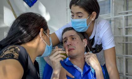 Edwin tiene crisis que solo son superadas con la ayuda de su esposa y de su hija.