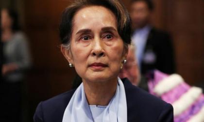 La policía birmana presenta cargos contra San Suu Kyi y permanece detenida