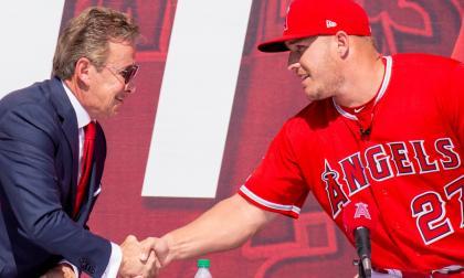 Mike Trout tiene uno de los contratos más grandes en el béisbol: 426 millones de dólares.