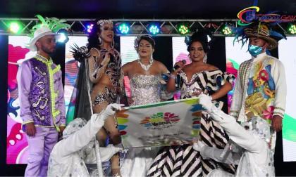 La reina del Carnaval Gay 2021, Bárbara Trespalacios, leyendo el bando.