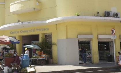 Intervención ilegal en la fachada del edificio Avianca cubierta con yeso cartón.