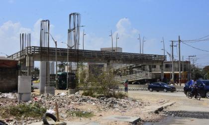 Las columnas del puente peatonal están instaladas.