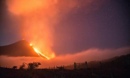 Alertan de dos ríos de lava por efusiva erupción volcán de Fuego de Guatemala