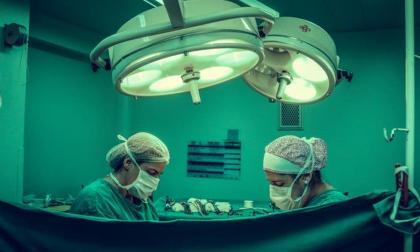 Un robot extirpa un tumor a una paciente despierta por primera vez