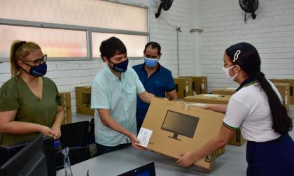 Alcalde Pumarejo entrega más de 1.100 portátiles  a colegios oficiales