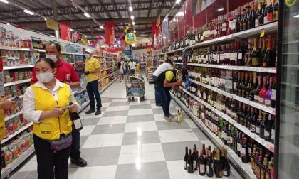 Funcionarios del Grupo Anticontrabando inspeccionan los licores.