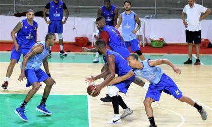 Acción del entrenamiento de Titanes bajo la mirada de Tomás Díaz, entrenador del equipo.