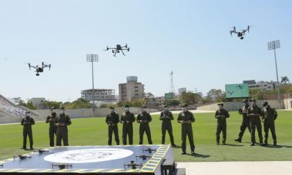 Varios de los operadores de los drones manipulan los equipos en la cancha del Romelio Martínez.