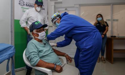 Susana Espitia en compañía del secretario de Gestión Social tras recibir la vacuna contra la covid-19.
