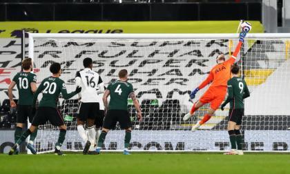 El VAR salva la victoria del Tottenham; Dávinson fue titular