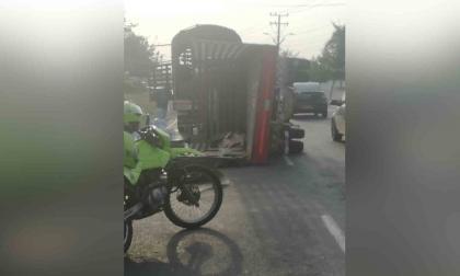 Camión se volcó en la Avenida Cirvunvalar