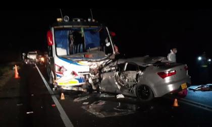 Cuatro muertos deja choque entre un carro y un bus