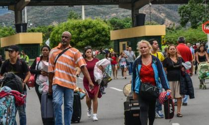 Guaidó culpa a Maduro de huida de 3 mil venezolanos por combates en frontera