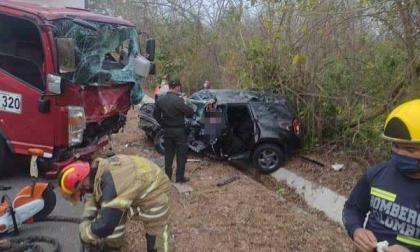 Choque entre un furgón y una camioneta deja dos personas muertas