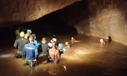 Rescatan monje atrapado en una cueva