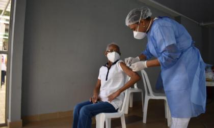 Con Elva Rosa arrancó vacunación en conjuntos residenciales de Cartagena