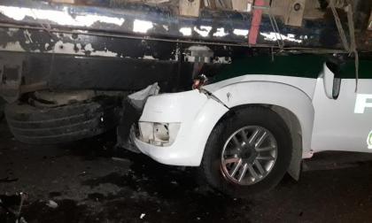 Patrulla de Policía chocó contra otro vehículo y dejó dos heridos