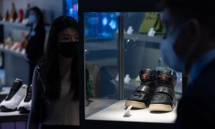 Zapatillas deportivas de Kanye West vendidas en 1,8 millones baten récord