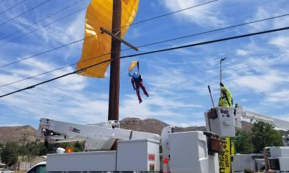 Paracaidista quedó atrapado en unos cables eléctricos a 9 metros de altura