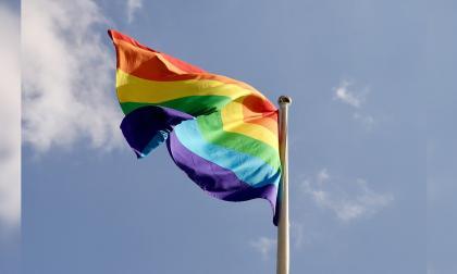 Insultaban a navegantes por llevar bandera LGBTI y su bote se incendió
