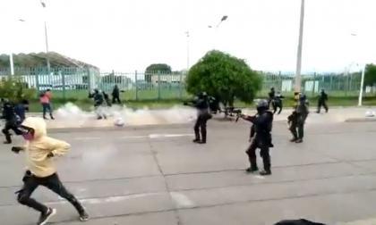 En Valledupar queman moto policial durante desórdenes en estadio de fútbol