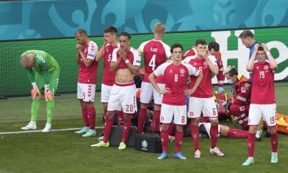Christian Eriksen se desvanece en plena cancha en partido de Eurocopa