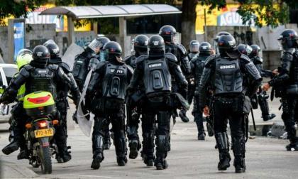 Policía retira a agentes del Esmad tras enfrentamiento con civiles en Bogotá
