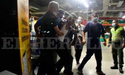 Policía controla situación con hombre armado en almacén en el norte de Barranquilla