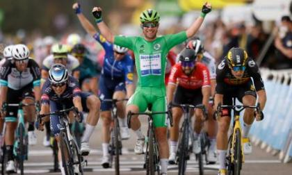Triple de Cavendish en Valence, a una victoria del récord de Merckx