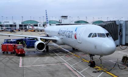 Mujer fue atada con cinta adhesiva, luego que intentará abrir la puerta del avión