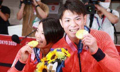 Los hermanos Abe abrazan el oro en judo el mismo día y hacen historia