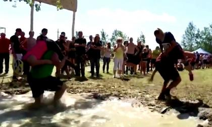 Parejas húngaras participan en alocada competencia llamada 'cargar a la esposa'