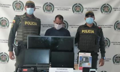 Hombre se capturado dentro de un taxi con elementos que había robado