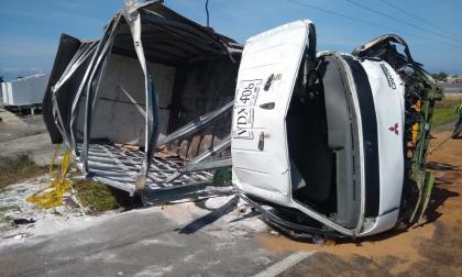 Tres heridos deja choque entre mula y furgón en la Troncal del Caribe