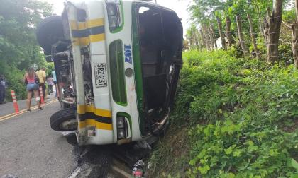 Paseo en bus terminó en accidente: vehículo se volcó en Tubará