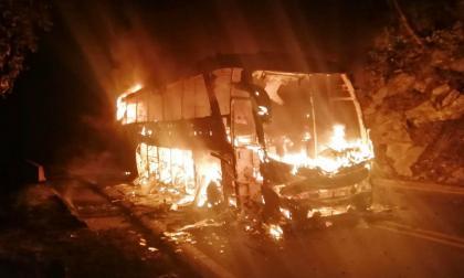 Presuntos guerrilleros del EPL incineraron bus en Cesar