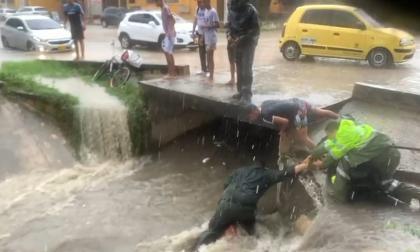 Emergencias por lluvias: policía rescata a menor de un arroyo