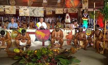 La polémica foto del presidente Iván Duque con indígenas en el Amazonas