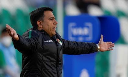 César Farías, técnico de Bolivia, dice que el árbitro frustró el triunfo ante Colombia