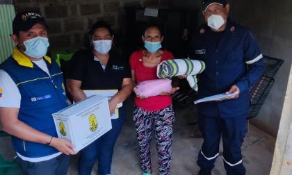 Entregan ayudas a familias damnificadas por las lluvias en Córdoba