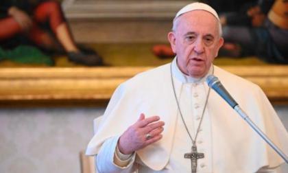 """El papa critica decisión """"política"""" de obispos para negar comunión a Biden"""