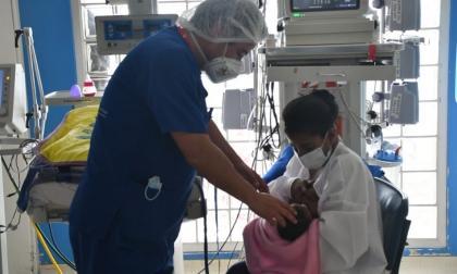 Bebé de dos semanas de nacida se salvó de morir gracias a un marcapasos