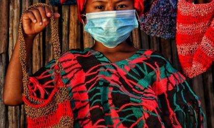 Las wayuu reciclan bolsas plásticas para tejer sus mochilas