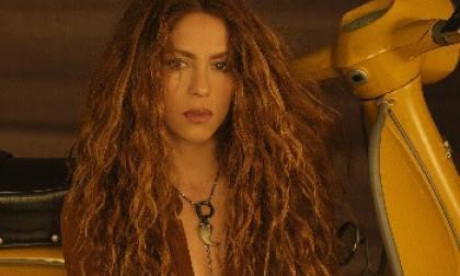 Shakira vuelve al surf en el 'remix' de 'Don't Wait Up'