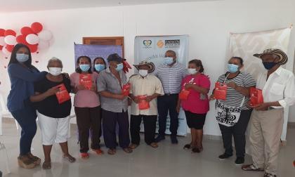 Adultos mayores de Candelaria reciben lentes medicados