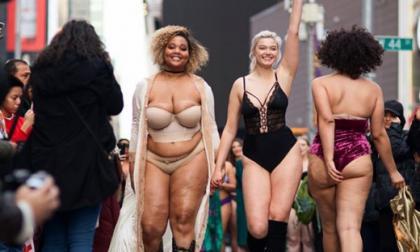 Modelos de diferentes tallas salen a modelar en Time Square