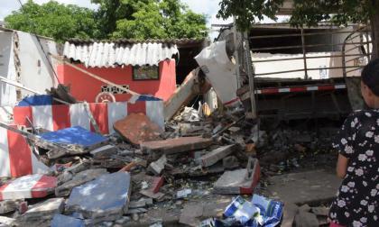 Camión de cerveza destroza tres casas en El Bosque