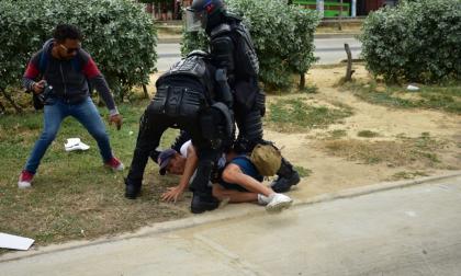 Este es el momento en que Esmad retiene a periodistas y algunos manifestantes en Barranquilla